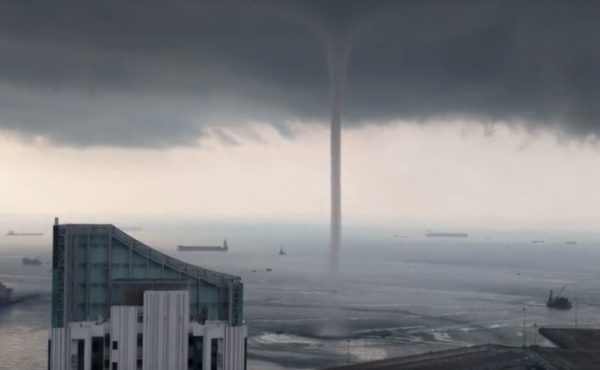Fascinating shots: Eyewitnesses shot a giant water column in the center of Singapore